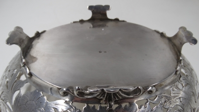 Zilveren broodmand met grepen