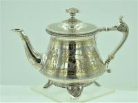 Zilveren theepot met gravures van strijders en vergulding